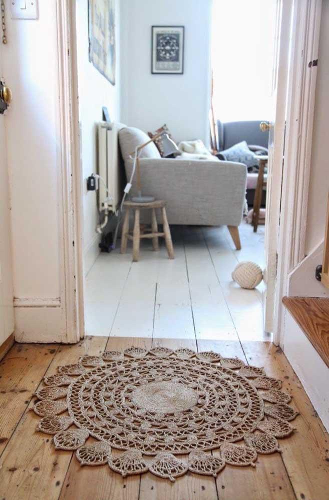 O corredor da casa fica mais charmoso com o tapete de crochê redondo