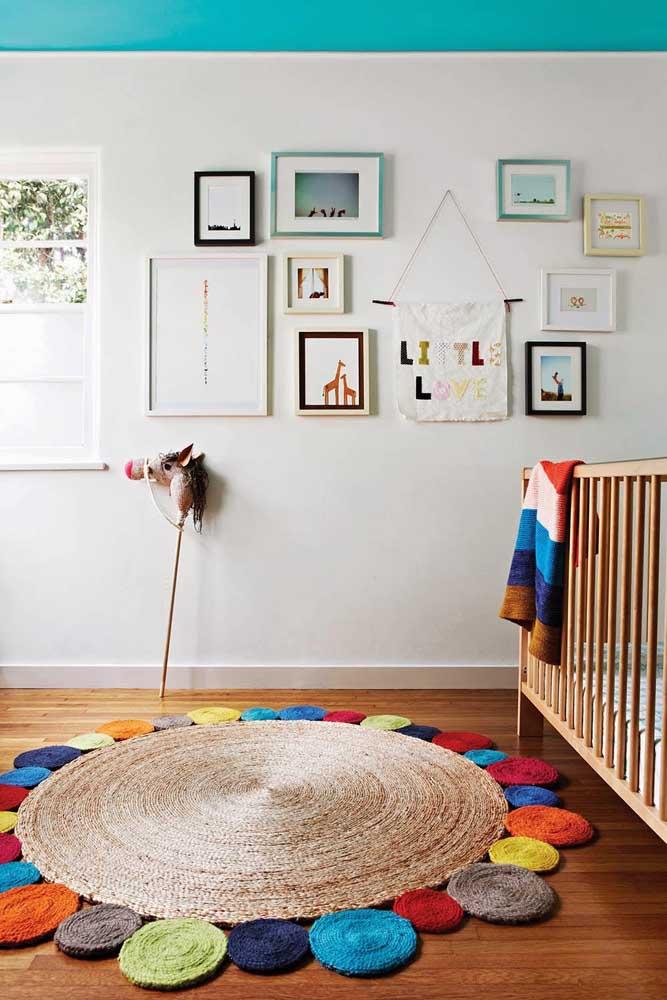 Os círculos coloridos dão o toque lúdico necessário para esse tapete de crochê infantil