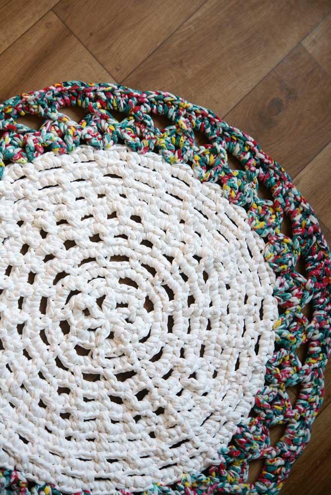 Misture barbante cru com barbante mesclado para fazer o tapete de crochê