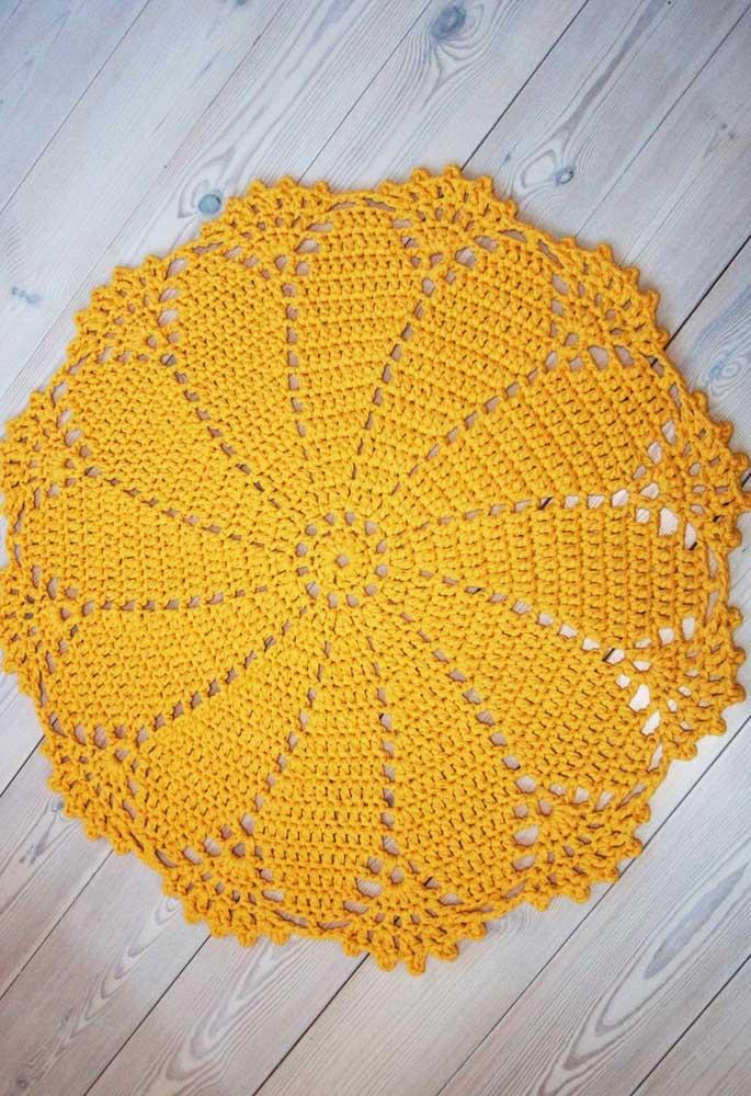 Tapete de crochê redondo amarelo: para criar um ponto de luz e cor no ambiente