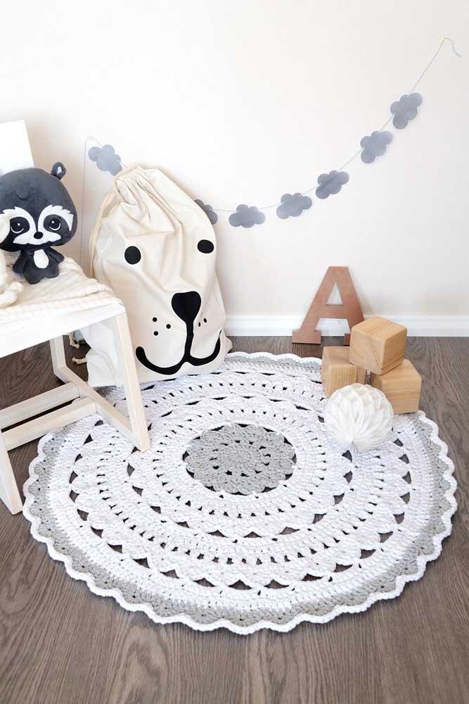 O tapete de crochê redondo marca o lugar de brincar no quartinho infantil