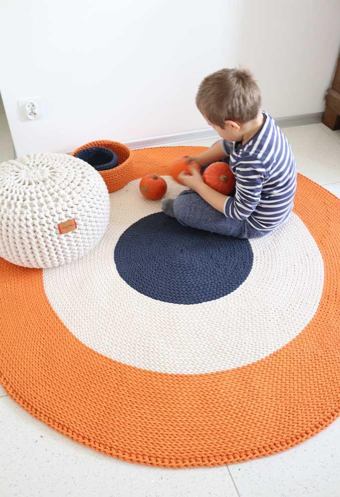 As faixas largas no tapete de crochê garantem boas brincadeiras