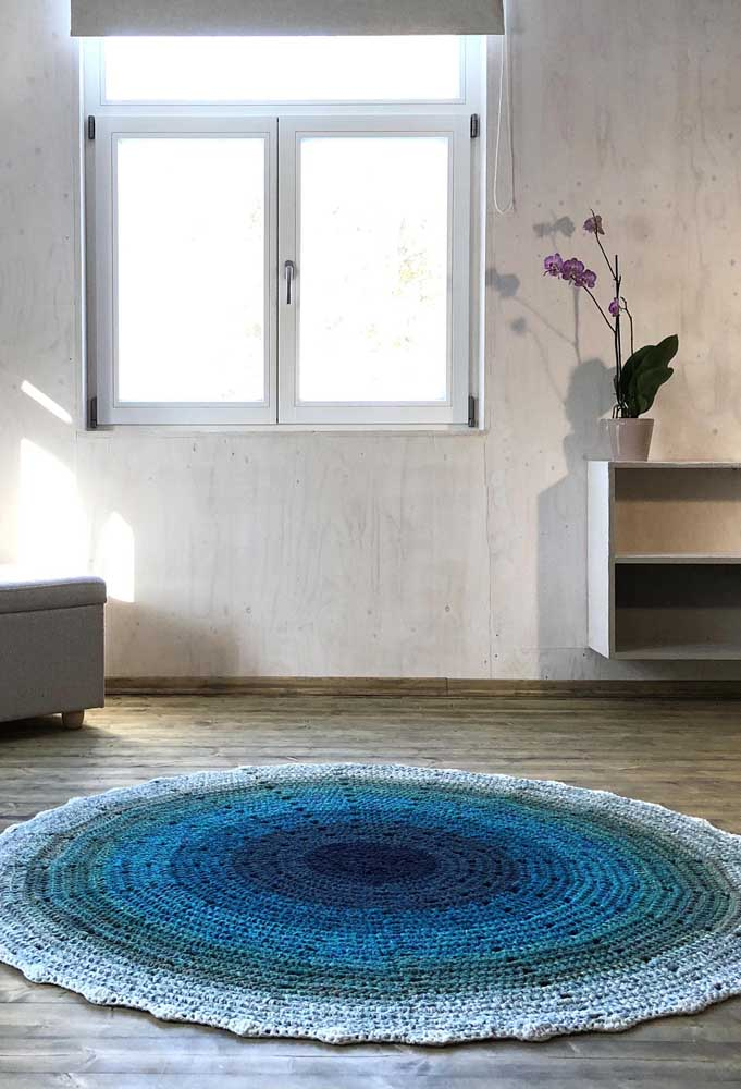 Um belo degradê azul para encantar até quem não é muito fá de tapete de crochê