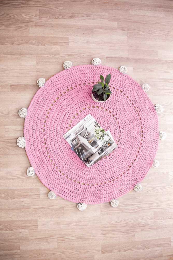 Um tapete de crochê redondo do tamanho da sua necessidade