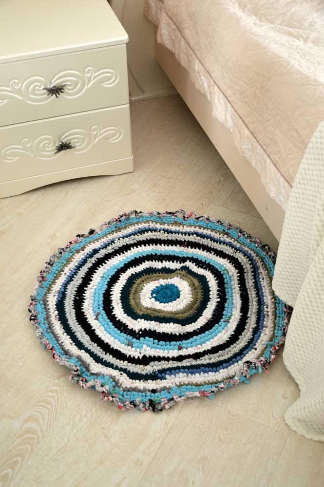 O cantinho da cama é sempre um bom lugar para o tapete de crochê redondo