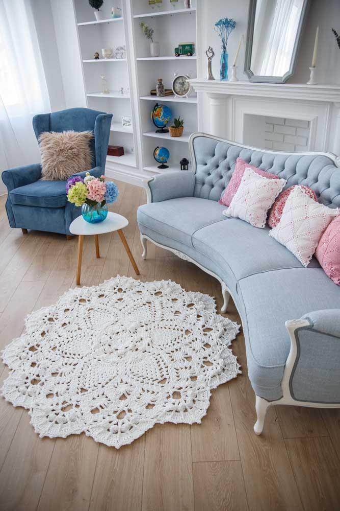 A sala clássica traz um tapete de crochê redondo com flor para preencher a decoração com delicadeza
