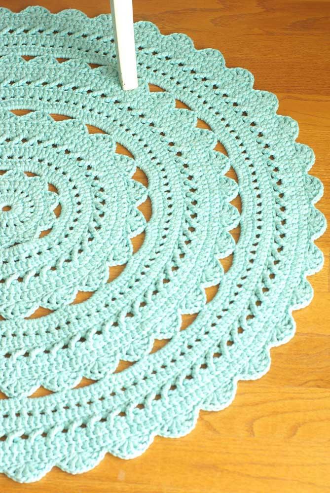 E para fechar essa seleção, um modelo de tapete de crochê redondo tradicional, daqueles que a gente via na casa da vó