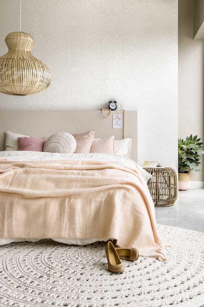 Esse tapete de crochê redondo ficou perfeito junto a decoração de estilo boho do quarto