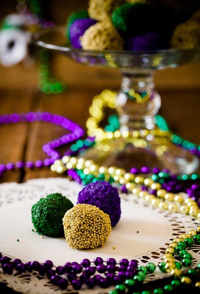 Não faça docinhos comuns, aproveite a oportunidade para colocar confetes coloridos que combinem com o restante da decoração.