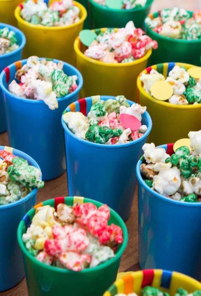 Já sabe o que vai servir na festa de carnaval? Para deixar a festa mais personalizada, coloque alguns enfeites no canudo da bebida.