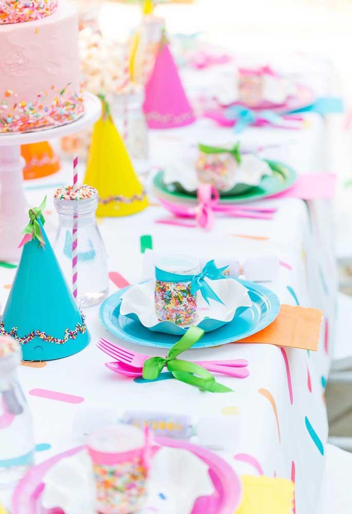 Você não precisa fazer uma mesa luxuosa para comemorar o carnaval, basta usar muitos elementos coloridos.