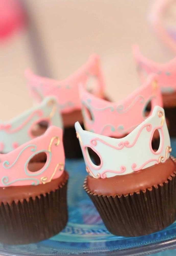 Mas se você quer fazer algo mais sofisticado, pode investir em doces com detalhes que fazem referência ao carnaval.