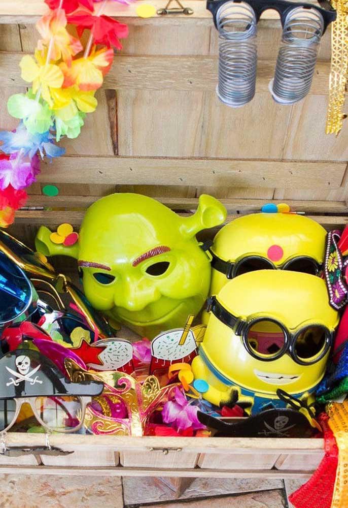 Deixe uma caixa separada cheia de máscaras, enfeites, trajes e itens que são perfeitos para deixar qualquer festa mais animada.