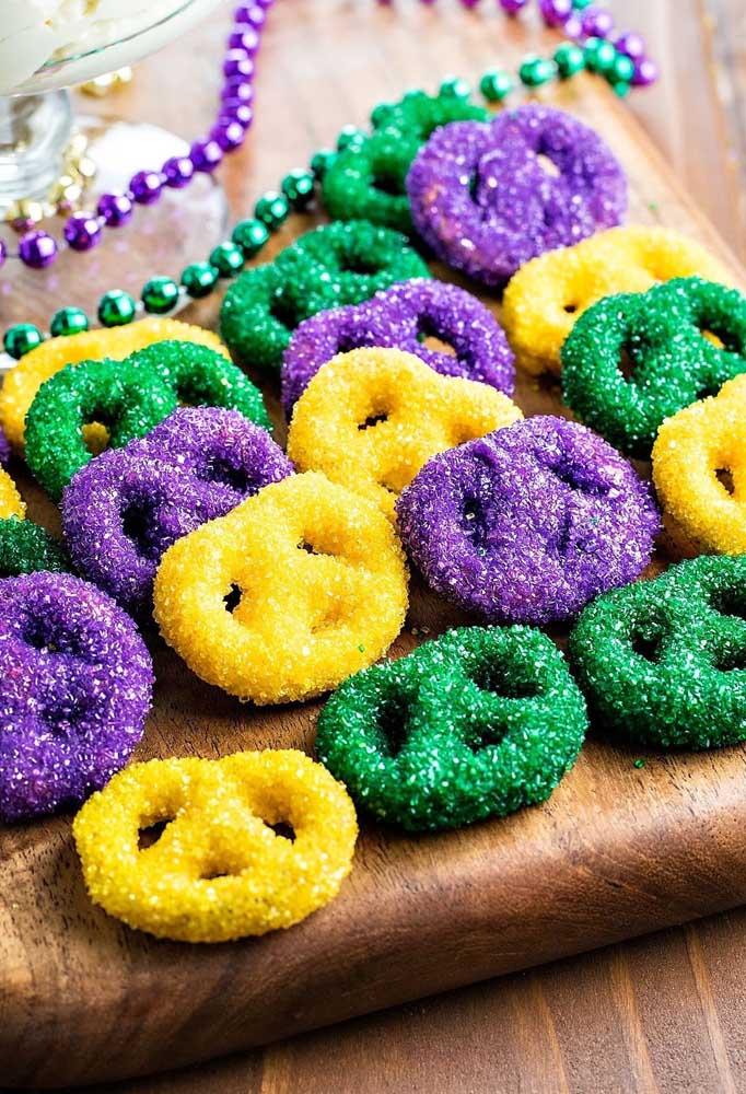 Distribua bastante doces para os convidados, pois eles vão precisar de muita glicose para aguentar todo o carnaval.