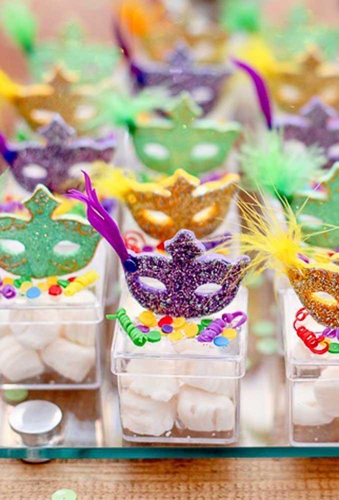 Que tal colocar algumas guloseimas em caixinhas transparentes? Dessa forma, fica mais fácil enfeitá-las com itens do carnaval.