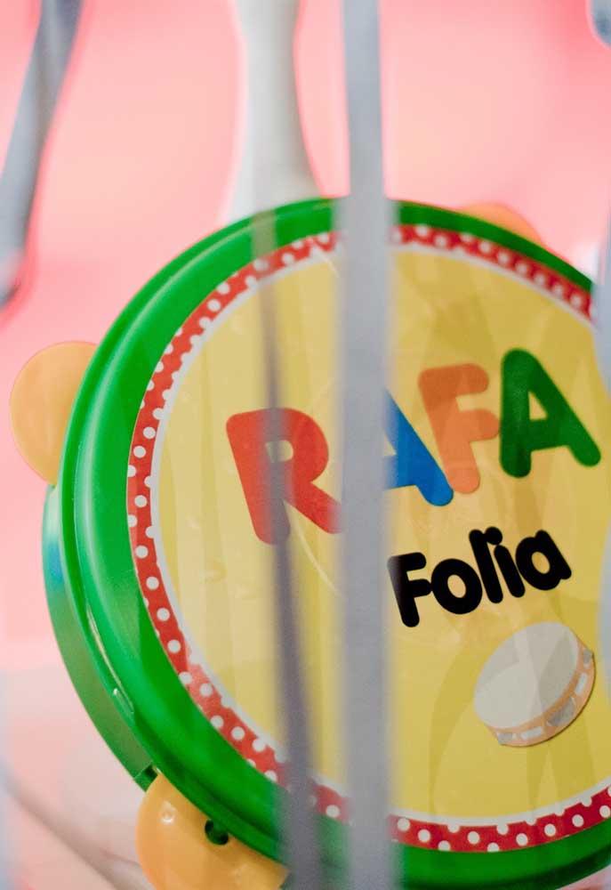 Procure personalizar com o nome do aniversariante todos os itens que são usados para decorar a festa de carnaval.