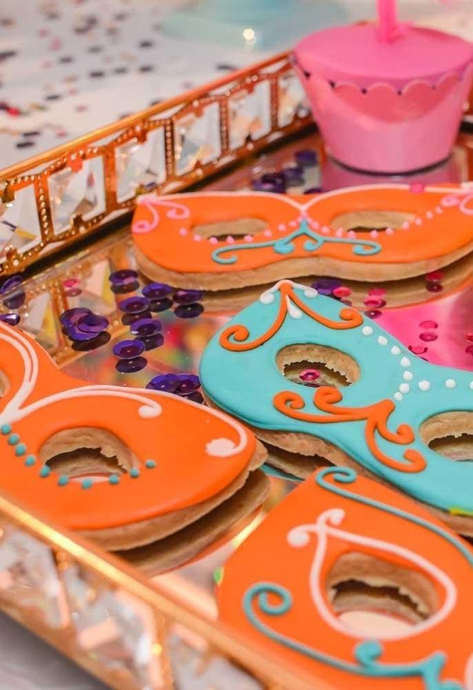 Já pensou em fazer um doces no formato de máscara de carnaval? O mais indicado é usar pasta americana para deixar a decoração mais firme.