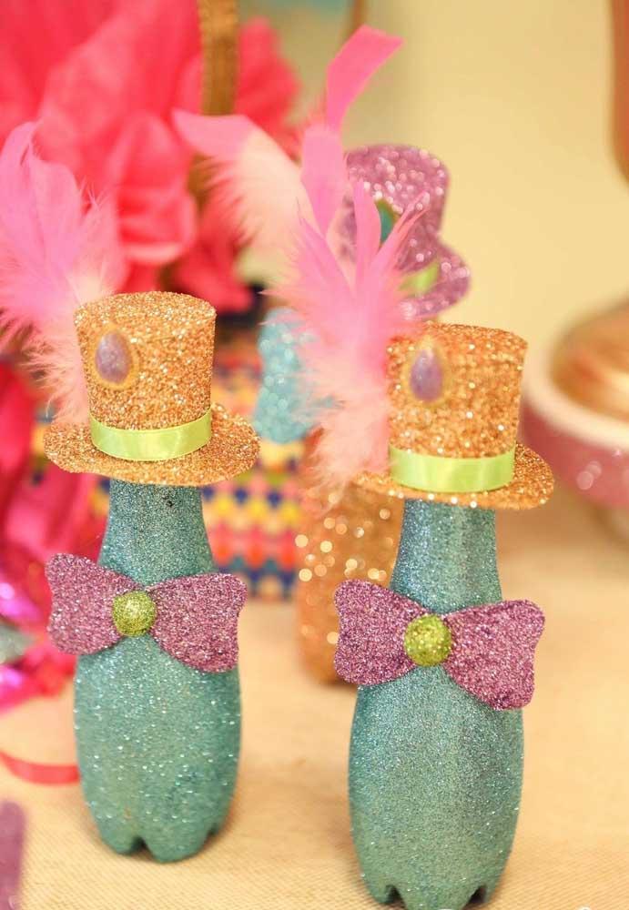 Para fazer os enfeites de carnaval você pode usar os mais variados materiais como garrafas pet. O resto fica por conta da sua imaginação.