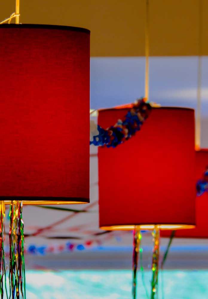 Prepare a decoração de carnaval com uma boa iluminação e muitos confetes e serpentinas.