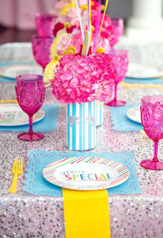Que tal fazer um carnaval todo rosa? Decore com arranjos florais e taças no mesmo tom.