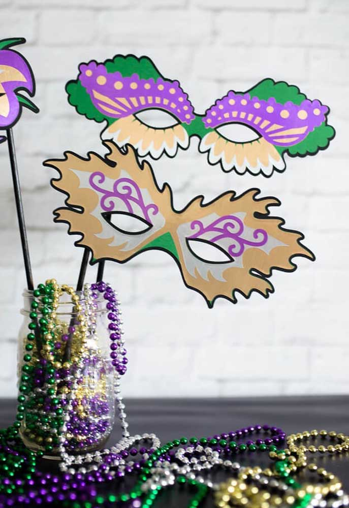 Quer fazer as suas próprias máscaras de carnaval? Use papel e muita criatividade.