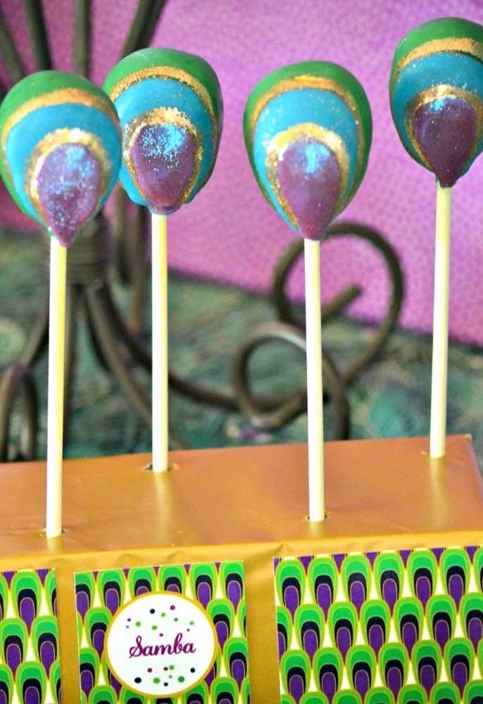 Que tal transformar o cake pop em um elemento decorativo da festa de carnaval?