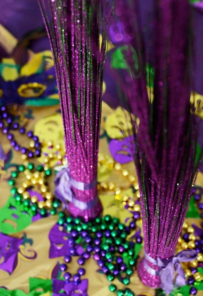 Use e abuse de elementos decorativos coloridos e brilhosos para deixar sua decoração com a cara do carnaval.