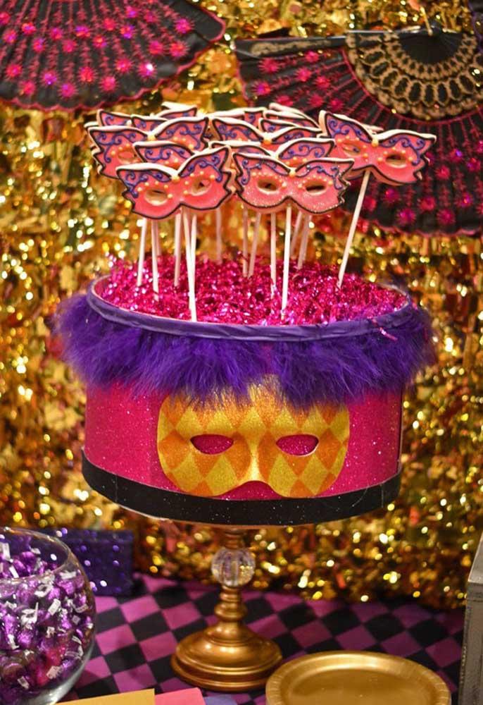 Quer um bolo chique e ao mesmo tempo divertido? Siga esse modelo no melhor estilo de carnaval.