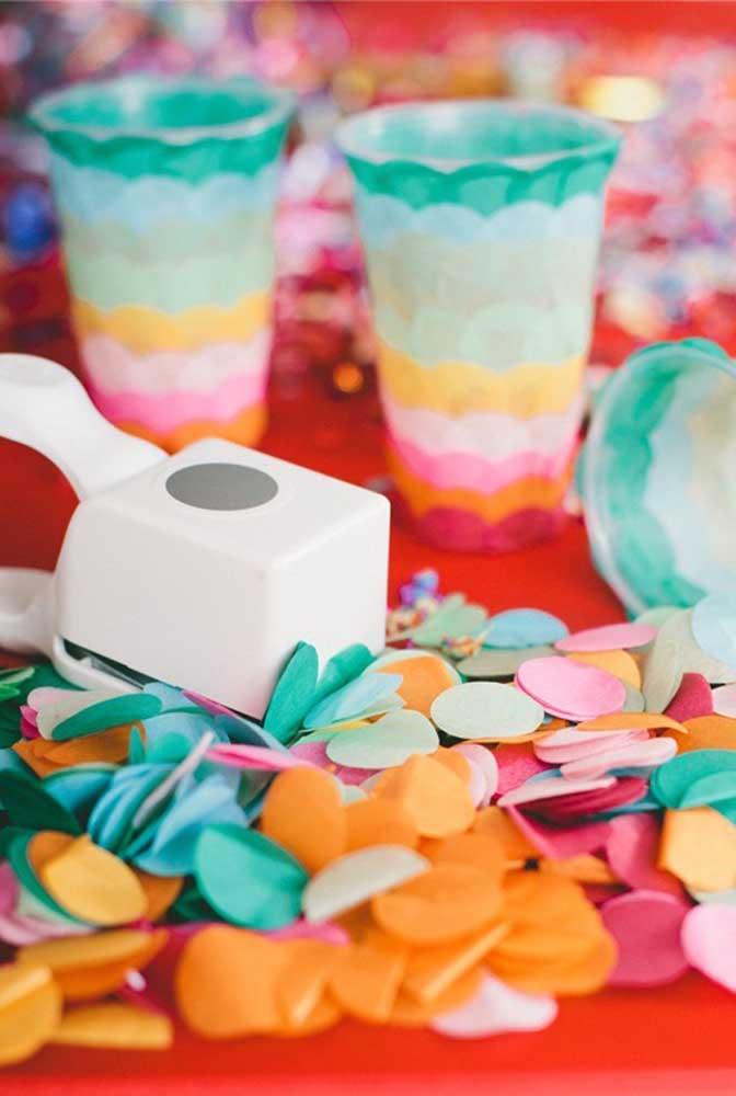Picote papel colorido para enfeitar cada cantinho da casa. Separe um pouco para jogar nos convidados.
