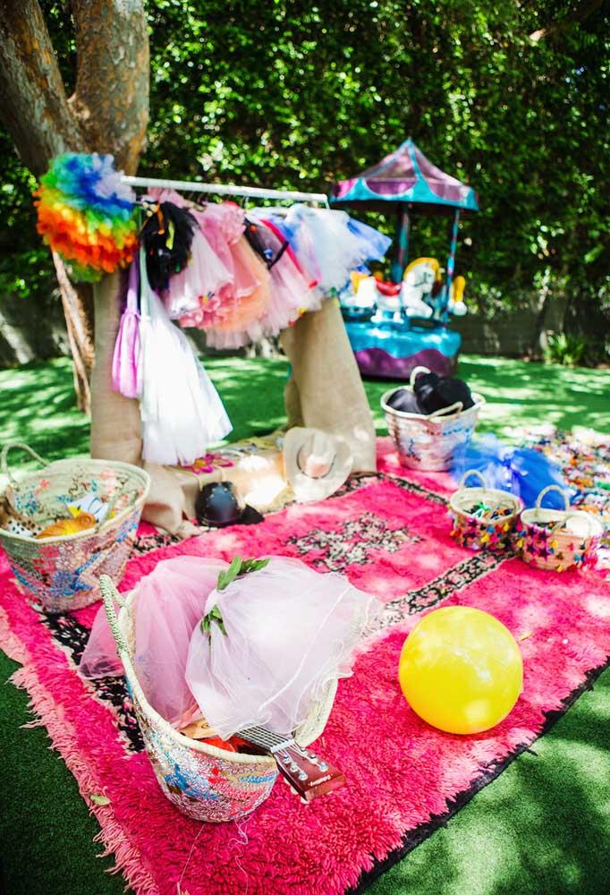Quando a festa é ao ar livre, tudo fica mais interessante. O que acha de fazer um cantinho para as pessoas se fantasiarem?