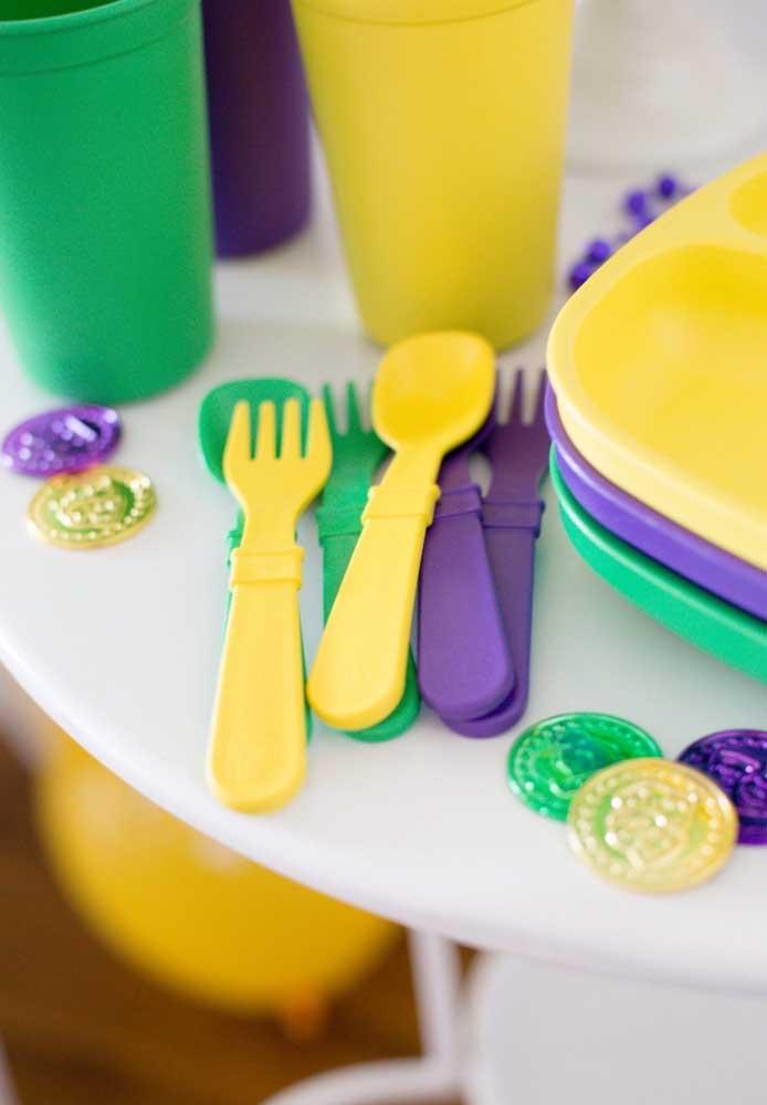 Já pensou na cor que vai usar para decorar a festa de carnaval? Uma grande tendência do momento é misturar as cores amarela, verde e roxa.