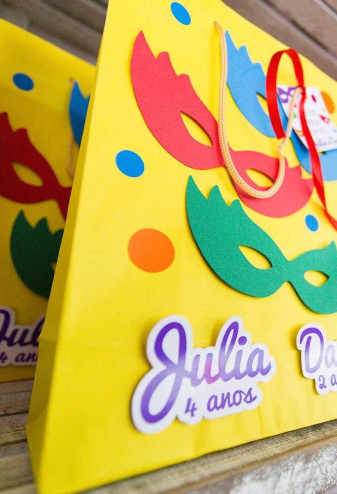 O que acha de colocar a mão na massa na hora de fazer as lembrancinhas da festa? Prepare um sacos feitos de papel e cole máscaras e confetes.