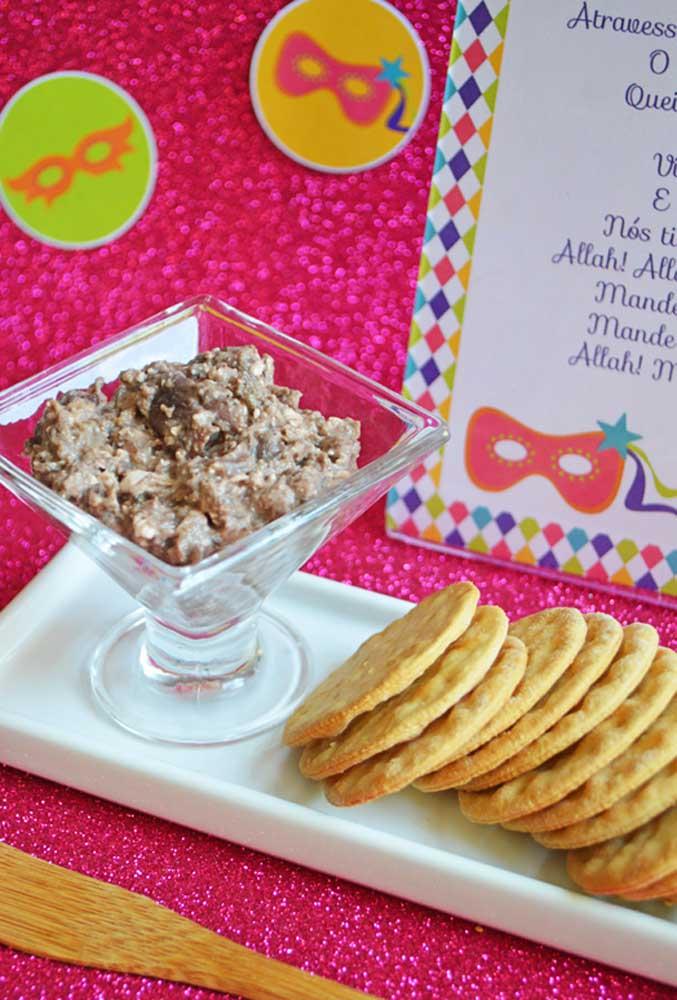 Uma ótima opção para cardápio de uma festa de carnaval é servir biscoitos e bolachas com patês.