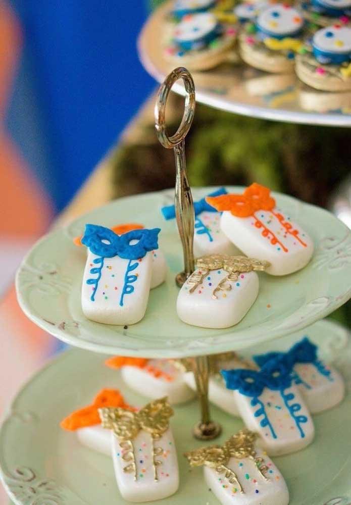 Perceba a delicadeza com que foram feitos esses doces no estilo de carnaval. Perfeito para servir em festas mais elegantes e luxuosas.