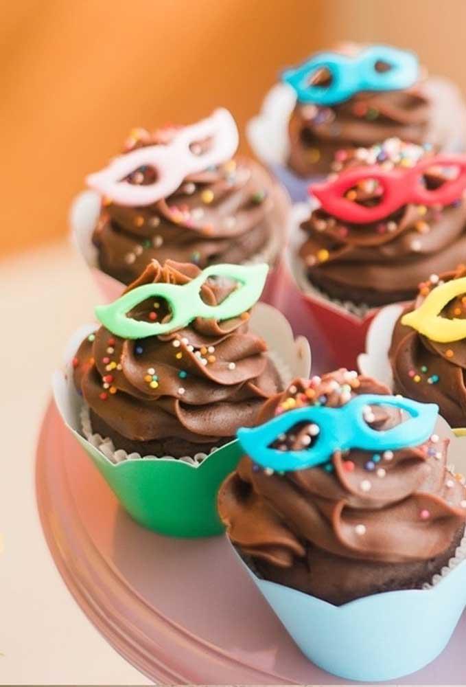 No cupcake bastou um pequena máscara em cima do chantilly para deixar o doce no ritmo do carnaval.