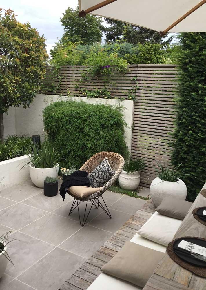 Mais uma vez as paredes se destacam como protagonistas do pequeno jardim externo