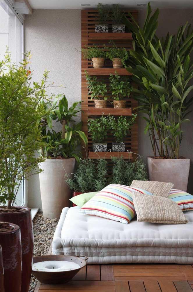 Conforto e acolhimento na varanda: esse jardim pequeno de apartamento foi planejado de modo vertical e usando apenas uma das paredes