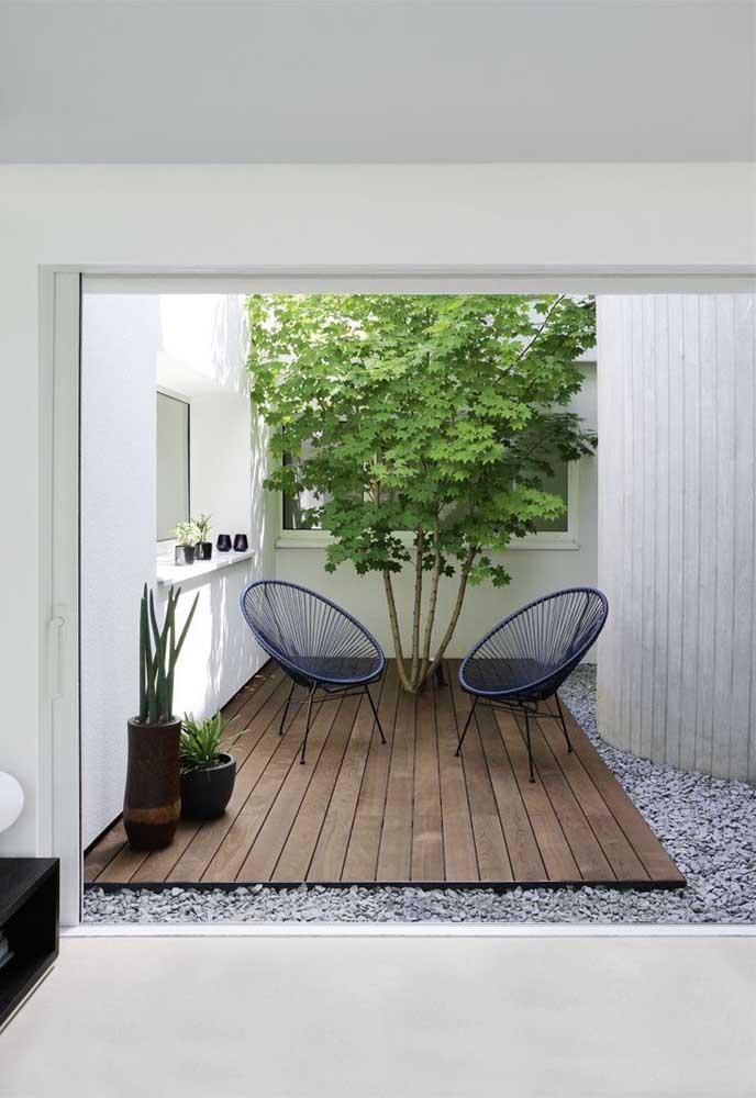 Aqui, o deck de madeira circunda a única árvore do espaço