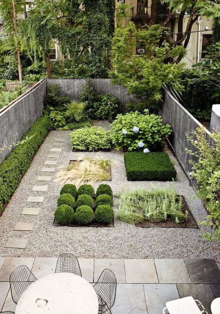 Canteiros bem marcados formam esse jardim pequeno externo