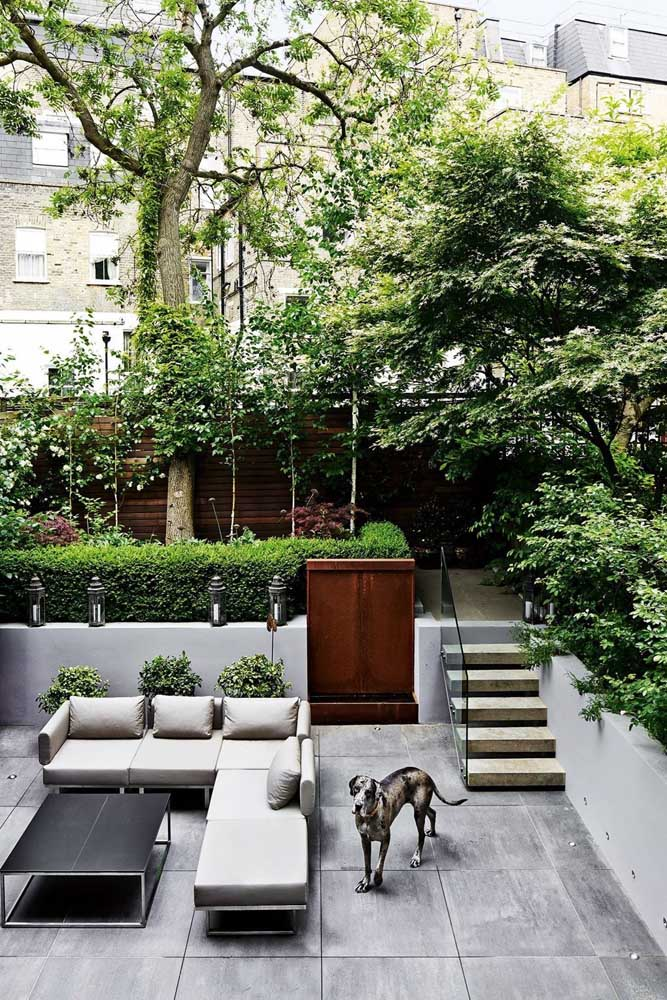 O jardim elevado em relação ao piso é acessado pela escada; repare que essa composição deixa o jardim mais intimista e acolhedor