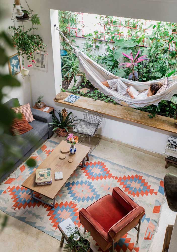Um jardim dentro da sala ou uma sala dentro do jardim? A confortável rede faz a ligação entre os dois espaços