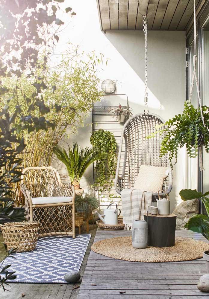 Jardim pequeno na varanda: vasos de chão e vasos suspensos se harmonizam para criar o visual verde