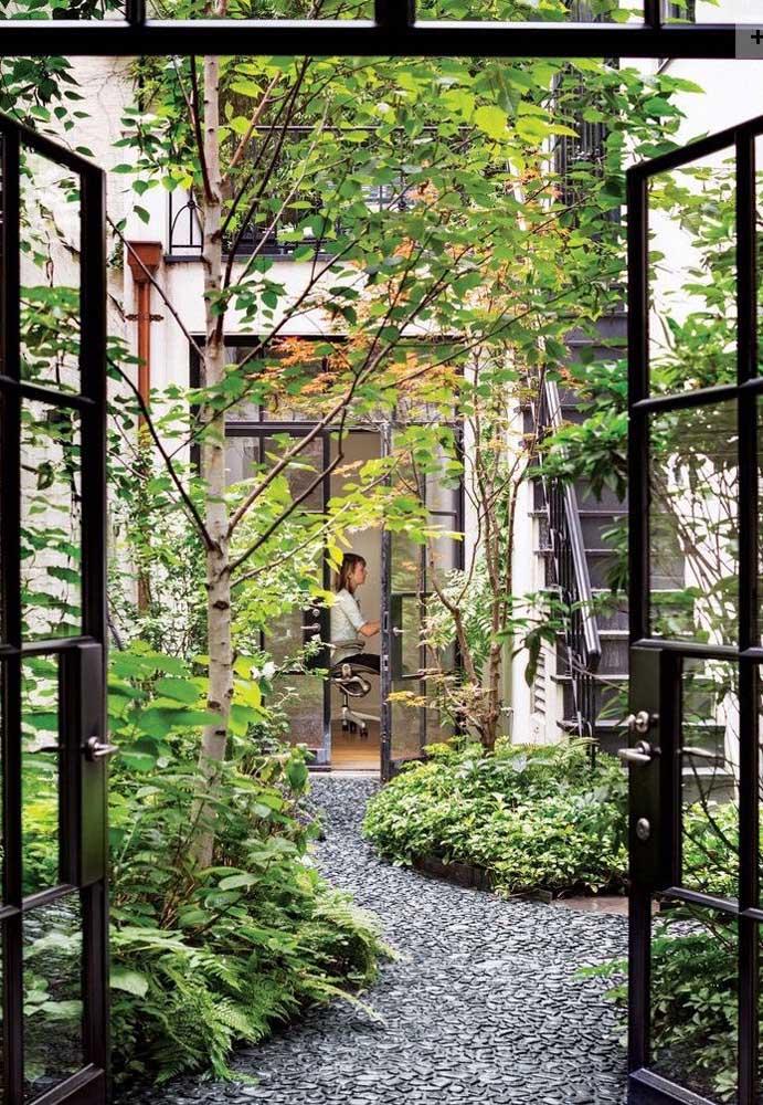 Pensou que maravilha é trabalhar em um home office integrado ao jardim externo da casa? Mesmo pequeno ele é reconfortante