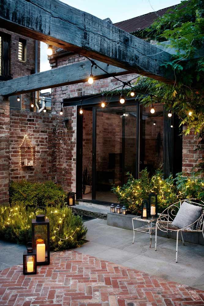 Esse jardim pequeno e simples ganhou um projeto de iluminação especial