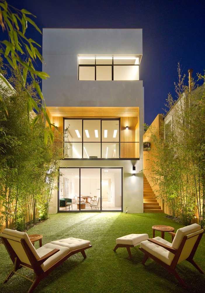 Bambus e grama bastam para esse jardim pequeno