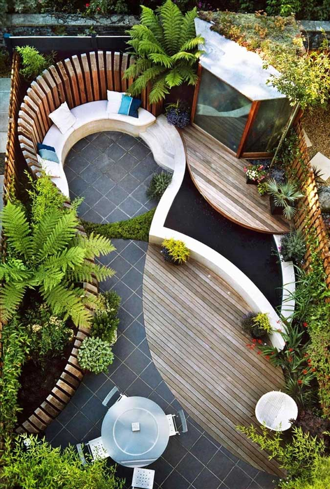 Formas sinuosas destacam a área do jardim pequeno