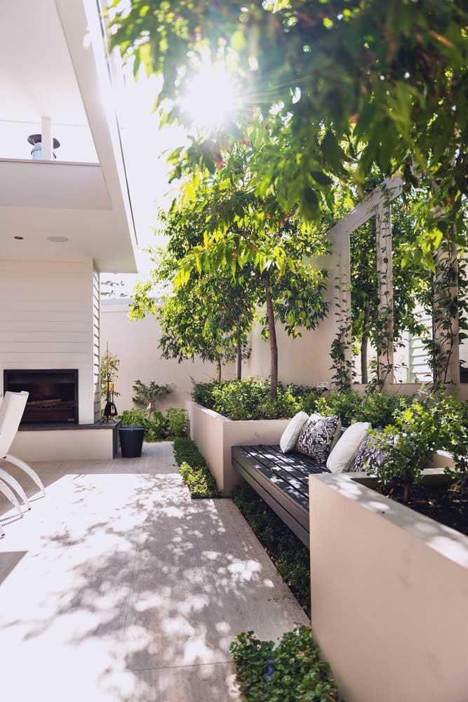 Grandes canteiros de concreto para as árvores; uma proposta diferenciada de jardim externo, ideal para quem não dispõe de muito tempo disponível para jardinagem