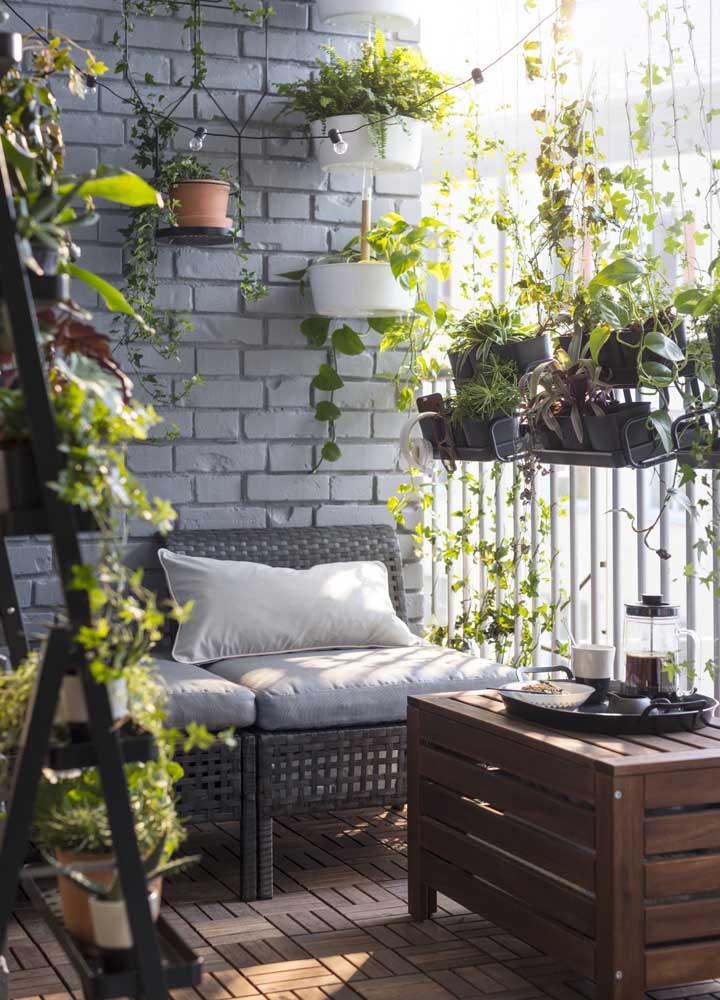 Para as varandas de apartamento, a dica é optar por jardins suspensos e verticais