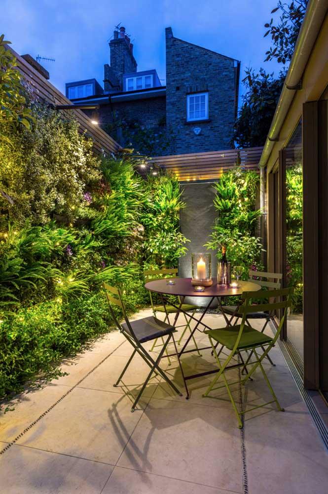 As noites de verão ficam mais agradáveis nessa área externa com jardim vertical