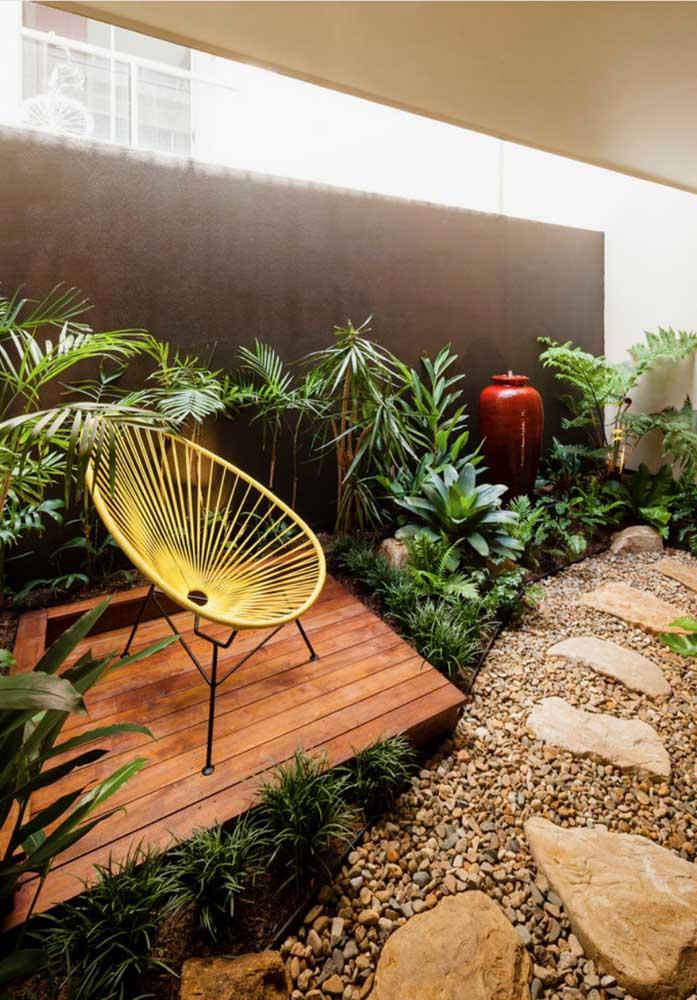Jardim de inverno pequeno decorado com deck de madeira, caminho de pedras e espécies que apreciam sombra e meia sombra